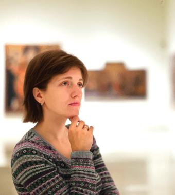 Mujer escuchando a su Guia turistico privado (Barcelona)