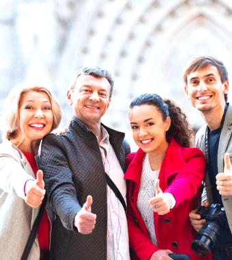 Familia contenta con su guía privado (Barcelona)